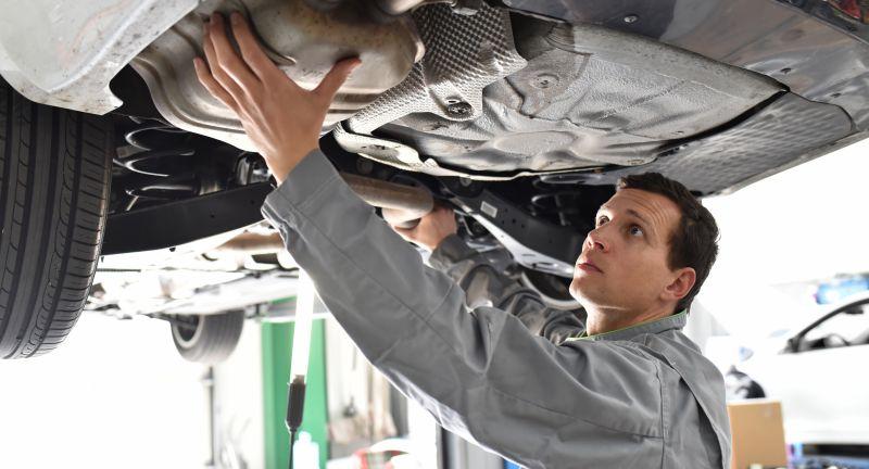 auspuff, abgasanlage, katalysator, partikelfilter, diesel, dieselpartikelfilter, endschalldämpfer auto, kundendienst, monteur, ingenieur, arbeiter, beruf, arbeiten, werkstatt, autowerkstatt, autoreparatur, automechaniker, mechaniker, pkw, service, reparatur, reparieren, test, check, testen, tüv, diagnose, unterboden, kontrolle, durchsicht, fahrzeug, kraftfahrzeug, arbeitskleidung, techniker, person, mensch, mann, sorgfältig, gutaussehend, kompetent, profi, facharbeiter, dienstleistung