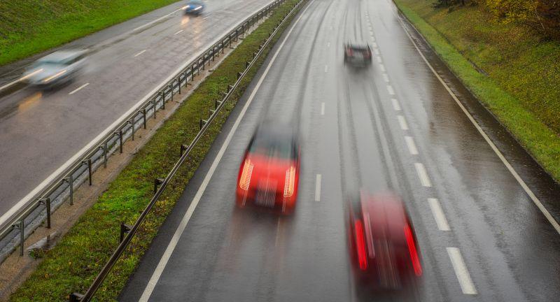verkehrsdelikt, auto, geisterfahrer, falschfahrer, autobahn, gegenverkehr, unfallgefahr, verkehrsgefährdung, geisterfahrt, alptraum, risko, riskant, fahrfehler, verkehrssituation, straßenverkehr, schwer, dämmerung, regen, regenwetter, nässe, herbst, lebensgefahr, rasen, geschwindigkeit, bewegungsunschärfe, raudi, verkehrsraudi, vergehen, missachtung, gefahr, straße, gefährdung, verkehrsteilnehmer, ordnungswidrigkeit, recht, verkehrsrecht, verkehrswesen, verkehrsregel, missachten, verkehrsordnungswidrigkeit, verkehrsstrafrecht, bußgeld, pkw, transport, personentransport, verstoß, verkehr, unaufmerksamkeit, trunkenheit